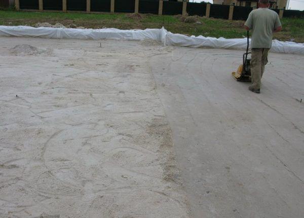 Песок нужно выровнять и утрамбовать