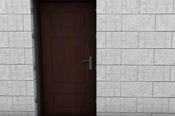 По сторонам от дверной коробки можно заметить крепежи