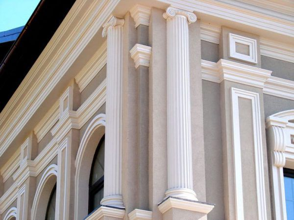 Полуколонны на углах здания