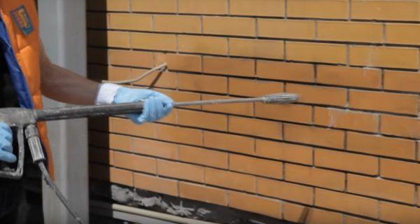 После обработки стену нужно промыть водой
