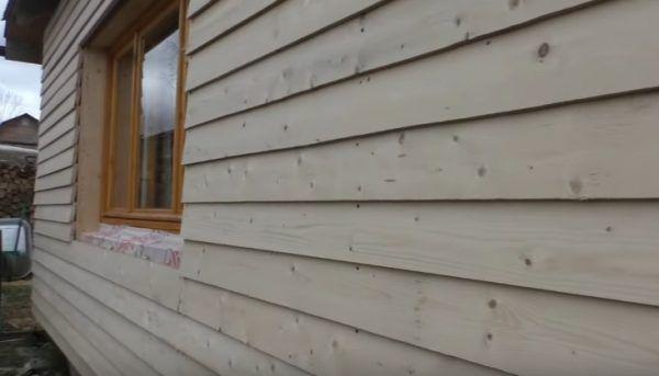 Пример обшитой стены деревянного дома
