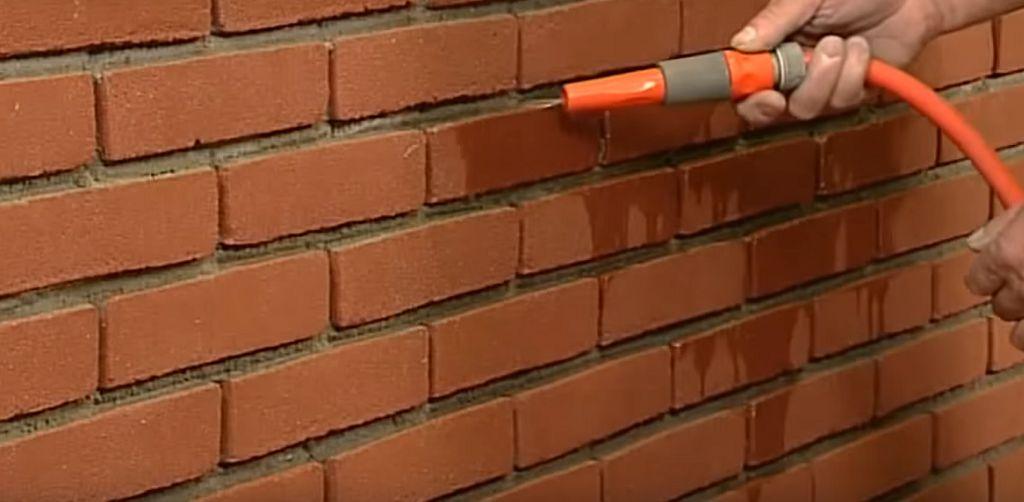 как цементным раствором кирпичную стену затереть
