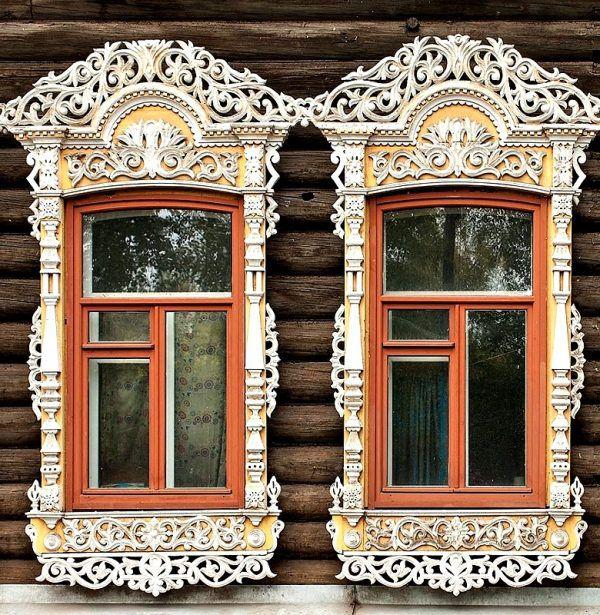 Резные наличники на окнах деревенского дома