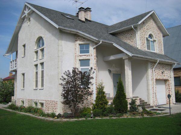 Сочетание декоративной штукатурки и камня на загородном доме