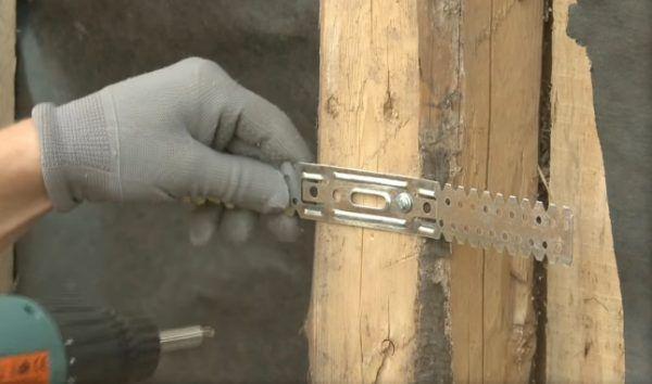 Так как в данном случае работа выполняется с легкой деревянной постройкой, то крепеж осуществляется без дюбелей