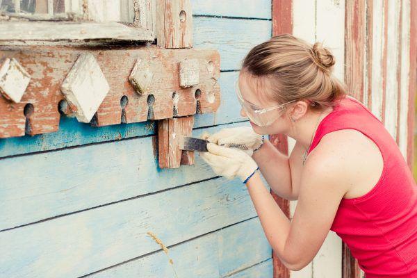 Удаление старого слоя лакокрасочного покрытия не всегда дается легко