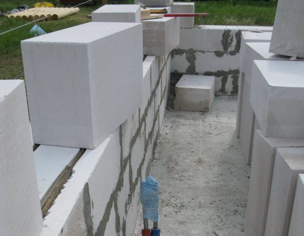 Укладка блоков поверх арматуры