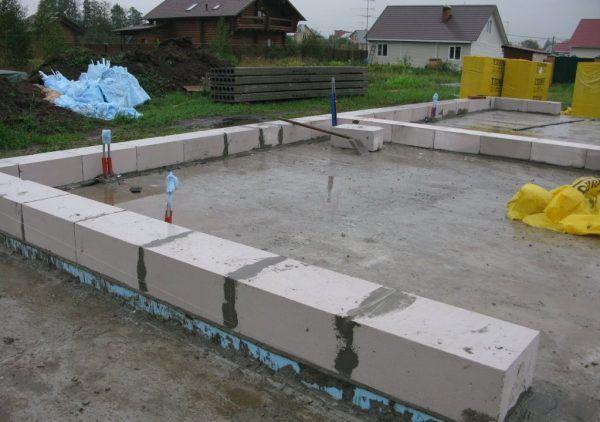 Укладка первого ряда блоков