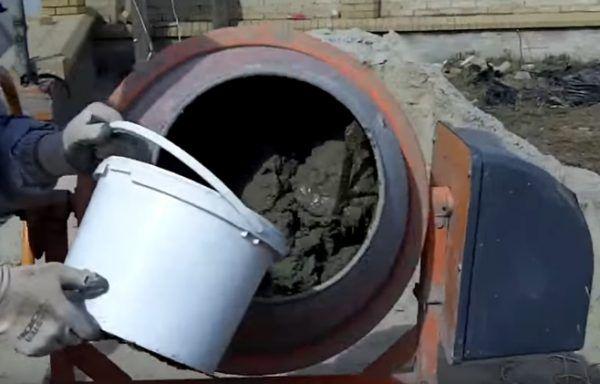 В бетономешалку доливается вода