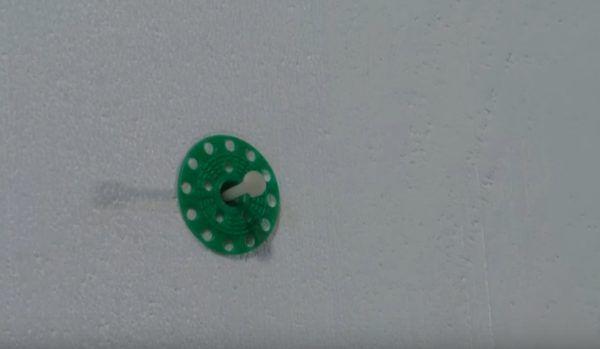 В некоторых тарельчатых дюбелях распорный элемент не закручивается, а забивается