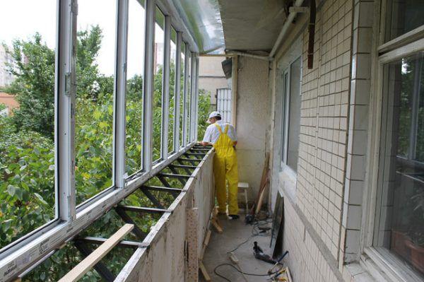 Вариант остекления балкона алюминиевыми окнами с периметром, превышающим таковой у парапета