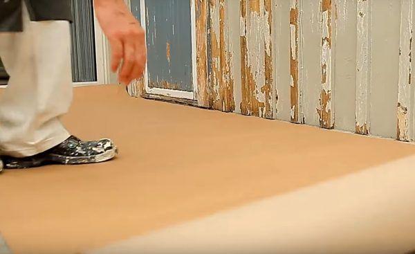 Вдоль стен укладывается плотная бумага