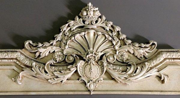 Еще один способ декорирования лепнины - это патинирование, т. е. искусственное состаривание лепных элементов для придания им изысканной декоративности