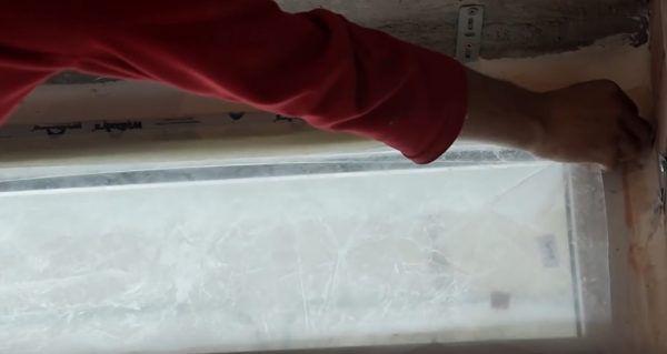 Окно заклеивается пленкой