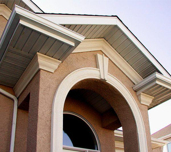 Полукруглая арка облегчает фасад дома, создает красивый дизайнерский эффект, напоминающий об античности