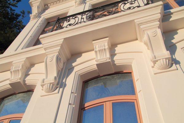 Фасад с пенопластовым декором