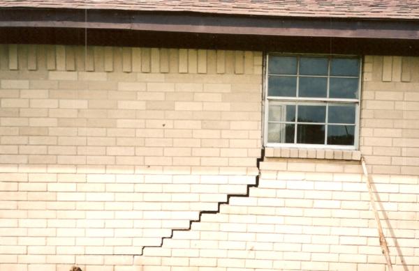 Как заделать щели в углах стен