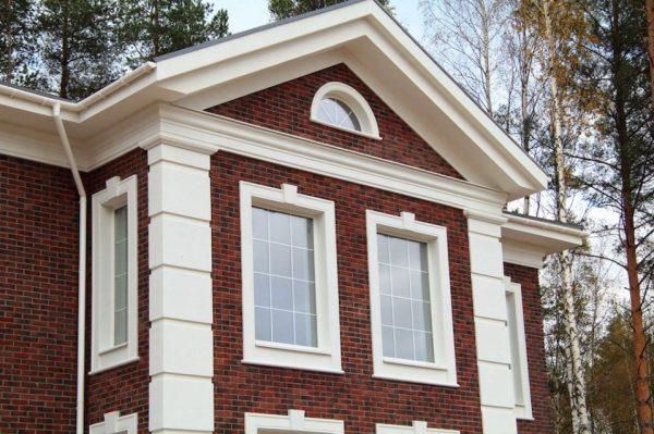 Откосы и прочие элементы формируют стилистику строения
