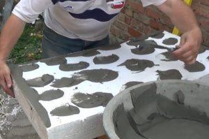 Шаг 5 - нанесение клея на тыльную сторону плит