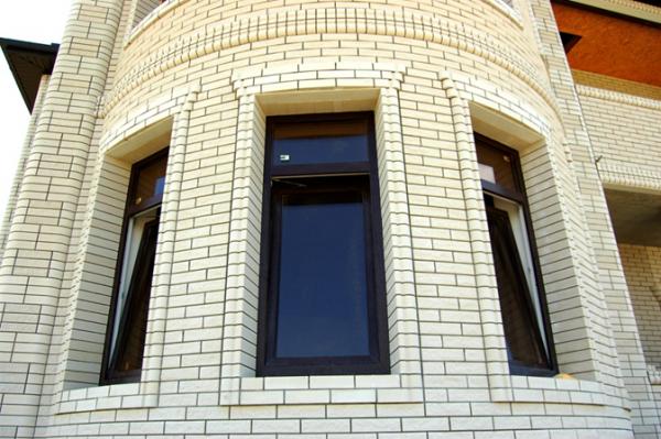 Периметр окон облицован фигурным кирпичом