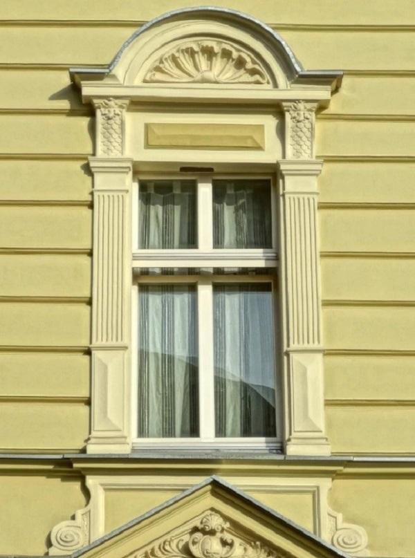 Над окном расположен декоративный элемент – сандрик