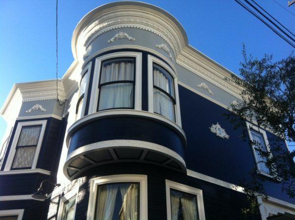 Необычный по цветовому решению фасад украшен антаблементом и штучными узорами