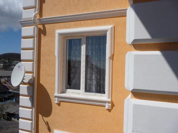 Пенопластовый декор на фасадной стене