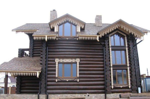 Ажурное оформление свесов крыши и оконных проёмов делает фасад очень нарядным