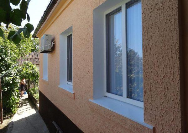 Штукатурный откос выкрашен в контрасте к стенам и в тон к окну
