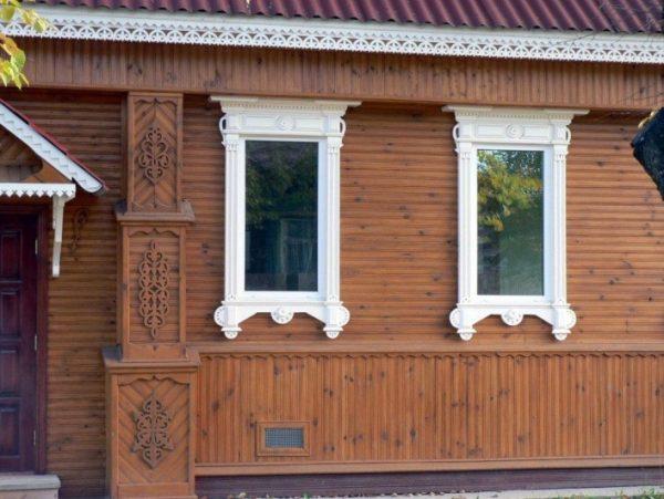 А здесь на окнах присутствуют элементы классической архитектуры