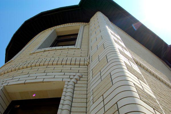 Пример использования фасонного кирпича при облицовке фасада