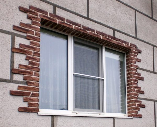 Обрамление окон на фасаде дома должно быть красивым и практичным