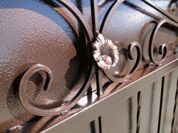 Узнаваемый эффект: молотковая краска на металлических воротах