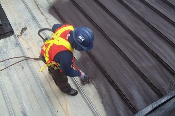 Резиновая краска отличный материал для обработки металлической крыши