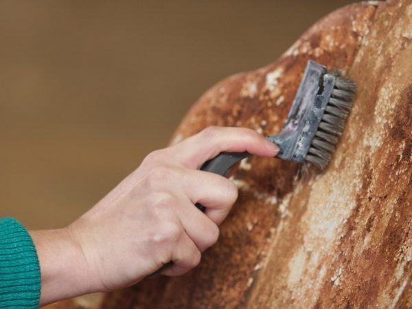 Очищать металл от старой краски и грязи можно различными способами: вручную, химикатами или при помощи электроинструментов