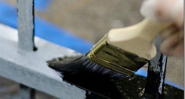 Краска наносится любым удобным способом на высохший грунт