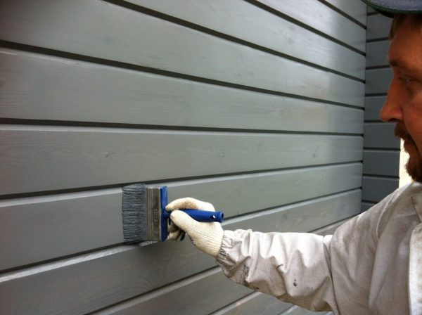 Для окрашивания деревянного фасада обычно используют широкую кисть