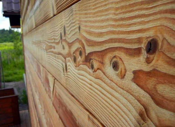 Улучшить качество деревянной поверхности можно отшлифовав древесину после нанесения грунтовки