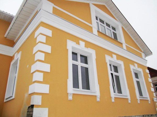 Покрытие «Сахара» в сочетании с фасадным декором