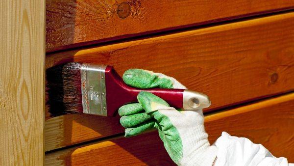 Обработка грунтовкой несложный и обязательный процесс при обработке фасада из дерева