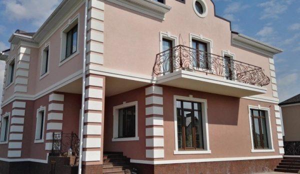 Визуальное выделение этажей разным цветом штукатурки и посредством фасадного декора
