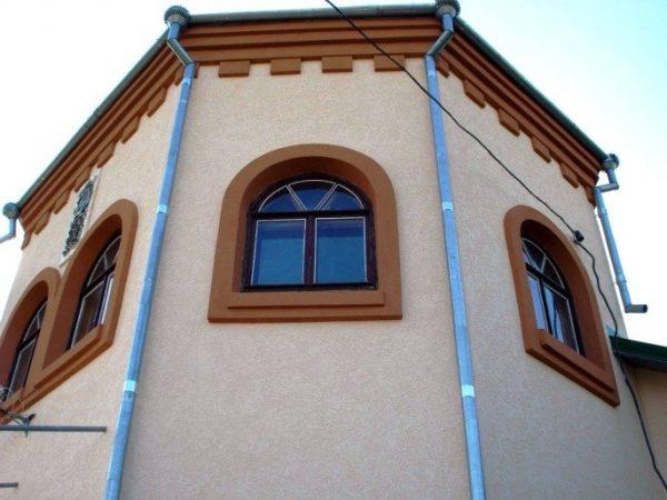 Декоративно и в контраст оштукатурены не только стены, но и карнизы с откосами