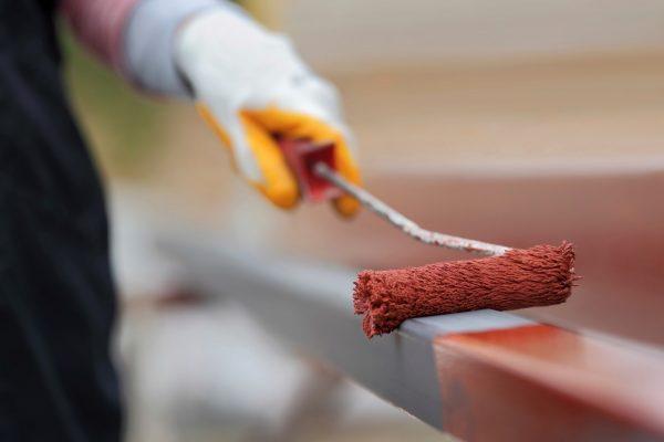 Грунтовки по металлу всегда цветные, чтобы было хорошо видно обработанную область