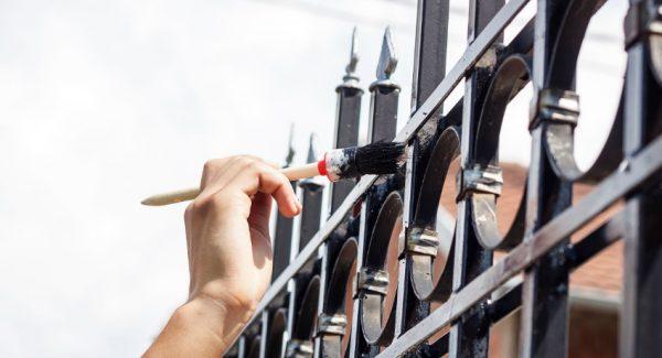 Краска по металлу для наружных работ позволяет защитить поверхность от агрессивного воздействия осадков, солнца и температур