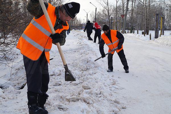 Очищаем площадку от снега