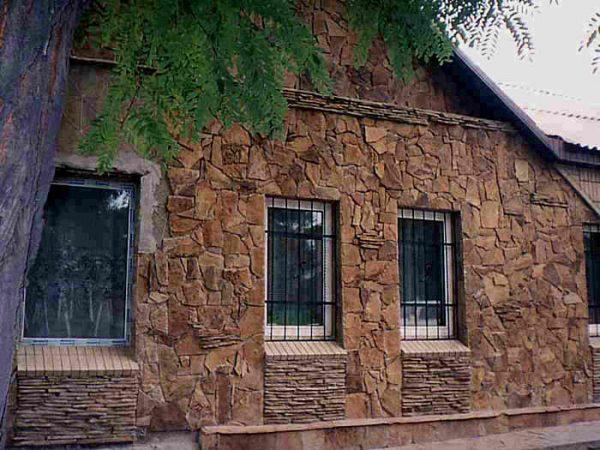 Вариант облицовки фасада панелями под дикий камень