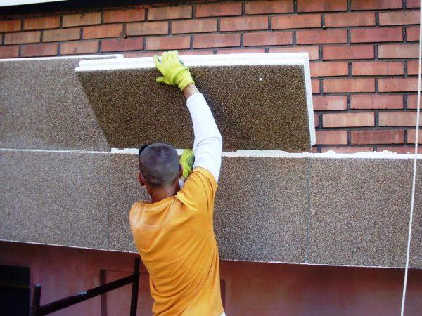 Процесс укладки утеплённых фасадных панелей
