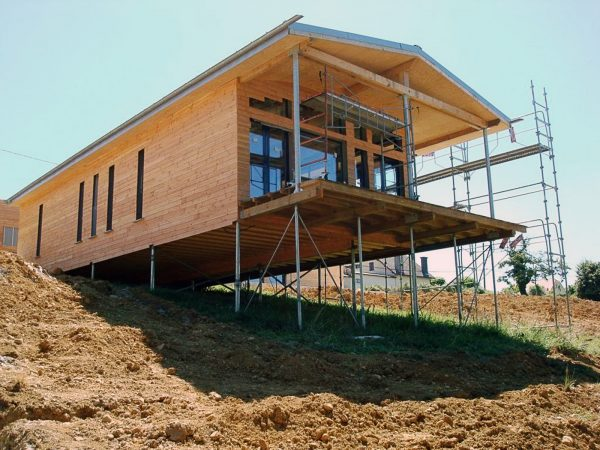 Дом на склоне на винтовом фундаменте