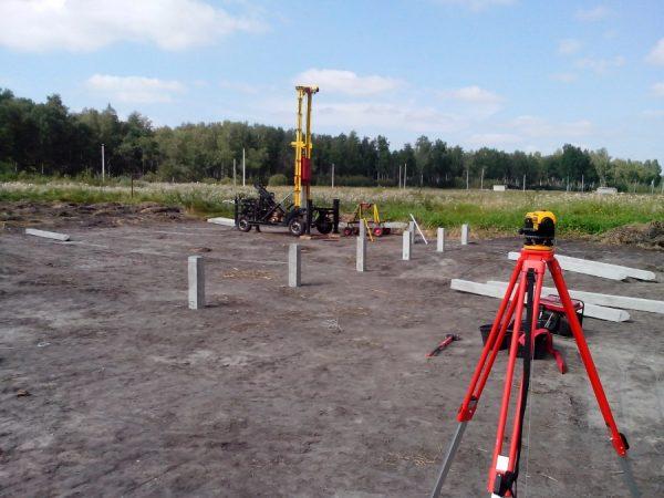 Забивание бетонных стержней гидравлическим молотом
