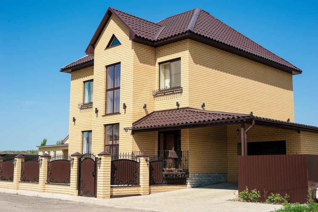 фото домов из желтого и коричневого кирпича фонтан можно